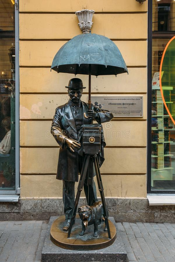 St Petersburg, Russie - VERS en juin 2017 : monument au photographe en Malaya Sadovaya Street à St Petersburg photos stock
