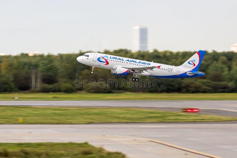 St Petersburg, Russie - 08/16/2018 : Voyagez en jet le ` VP-BQW d'Ural Airlines de ` d'Airbus A320 d'avion de ligne dans l'aéropo photos stock