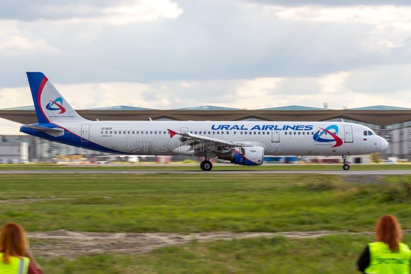 St Petersburg, Russie - 08/16/2018 : Voyagez en jet le ` VP-BVP d'Ural Airlines de ` d'Airbus A321 d'avion de ligne dans l'aéropo image stock