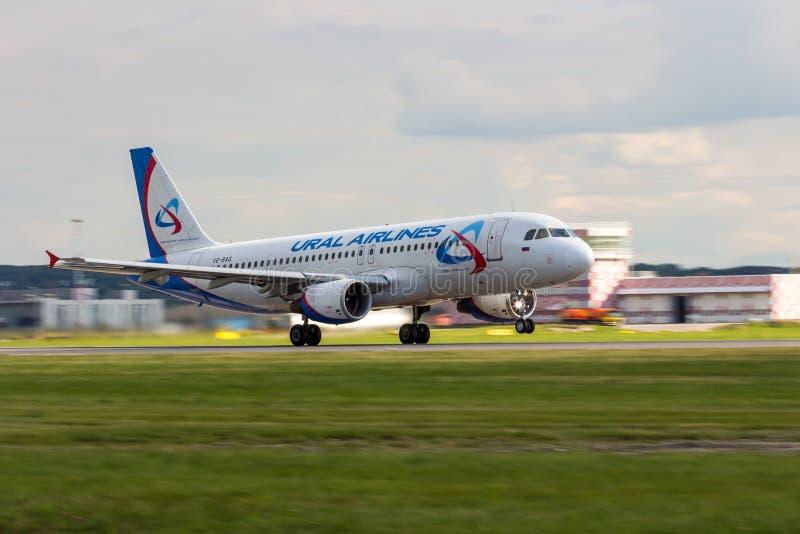 St Petersburg, Russie - 08/16/2018 : Voyagez en jet le ` VQ-BAG d'Ural Airlines de ` d'Airbus A320 d'avion de ligne dans l'aéropo images libres de droits