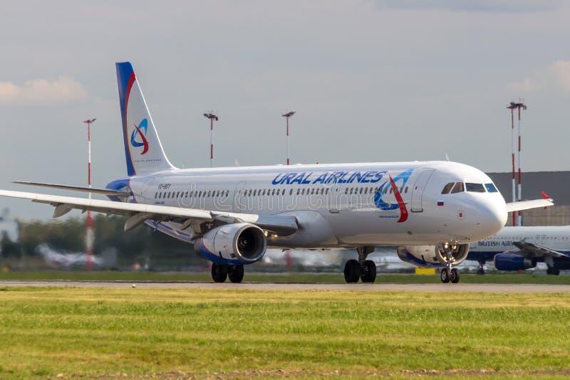 St Petersburg, Russie - 08/16/2018 : Voyagez en jet le ` VQ-BGY d'Ural Airlines de ` d'Airbus A321 d'avion de ligne dans l'aéropo images stock