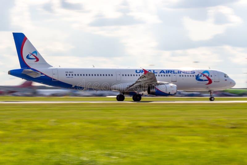 St Petersburg, Russie - 08/16/2018 : Voyagez en jet le ` VQ-BGY d'Ural Airlines de ` d'Airbus A321 d'avion de ligne dans l'aéropo image stock