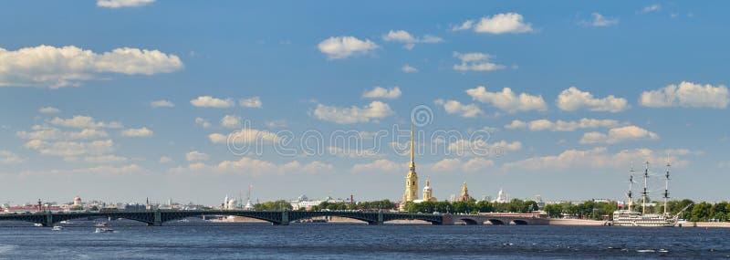 St Petersburg, Russie Vue panoramique de la forteresse de Peter et de Paul et de la rivière de Neva images stock