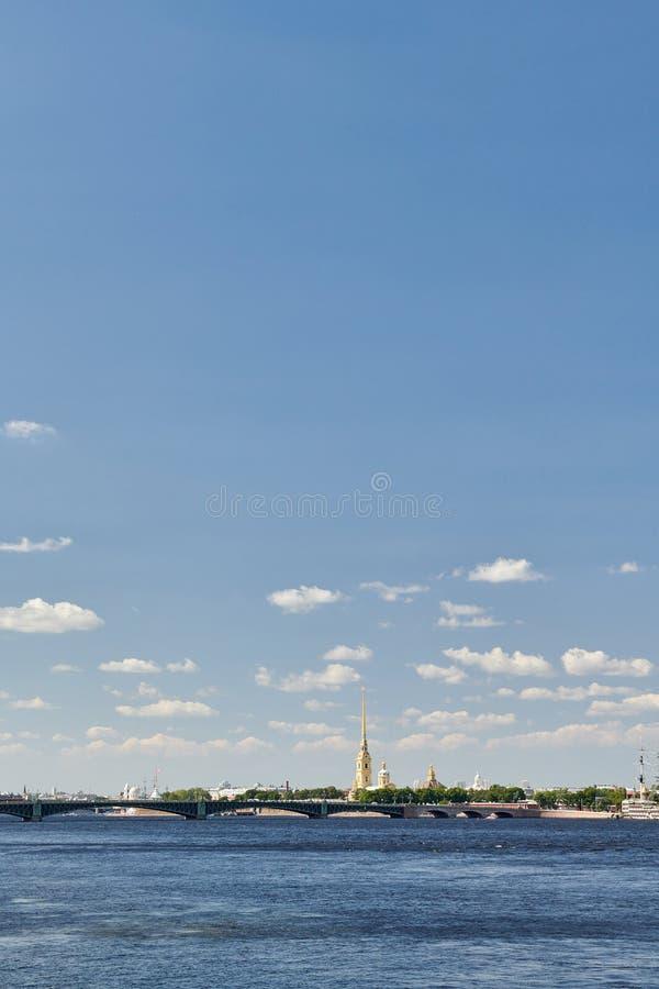 St Petersburg, Russie Vue panoramique de la forteresse de Peter et de Paul et de la rivière de Neva image libre de droits