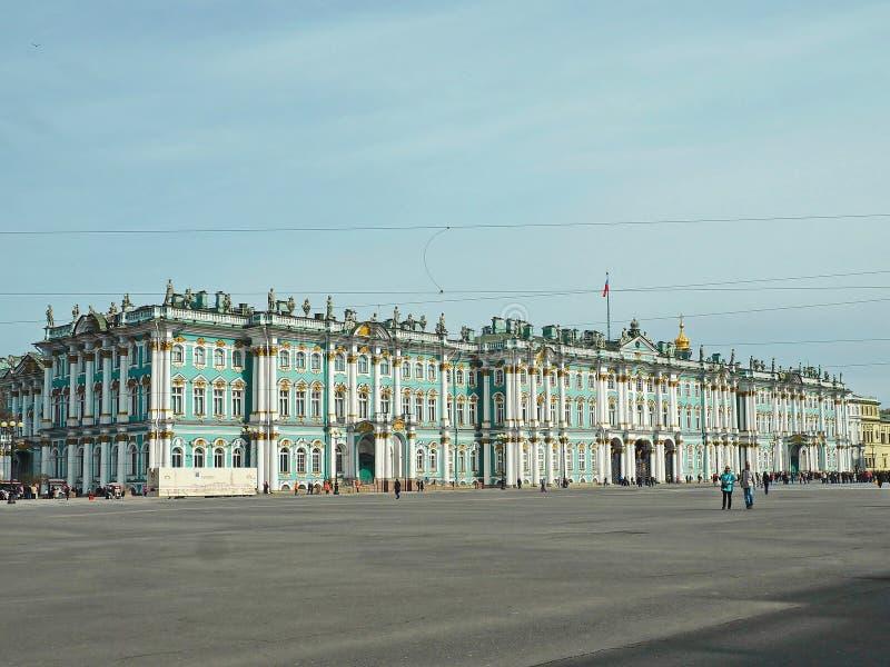 St Petersburg, RUSSLAND – 30. April 2019: Äußeres des Winterpalastes an einem sonnigen Tag Fassade des berühmten Einsiedlereimuse stockfotografie