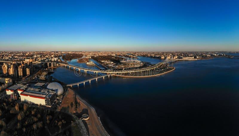 St Petersburg, Russland - 14. April 2019: Schöne Ansicht zum neuen Stadion Zenit - Arena, Landstraße, Finnisches Meerbusen, Fußgä lizenzfreie stockbilder