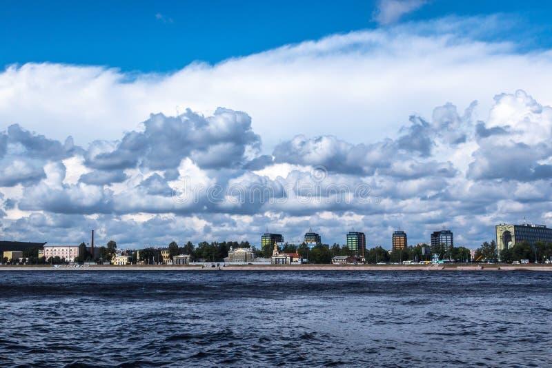 ST PETERSBURG, RUSSLAND - 29. AUGUST 2018: Ansicht über den Sverdlovskaya-Damm lizenzfreie stockfotografie