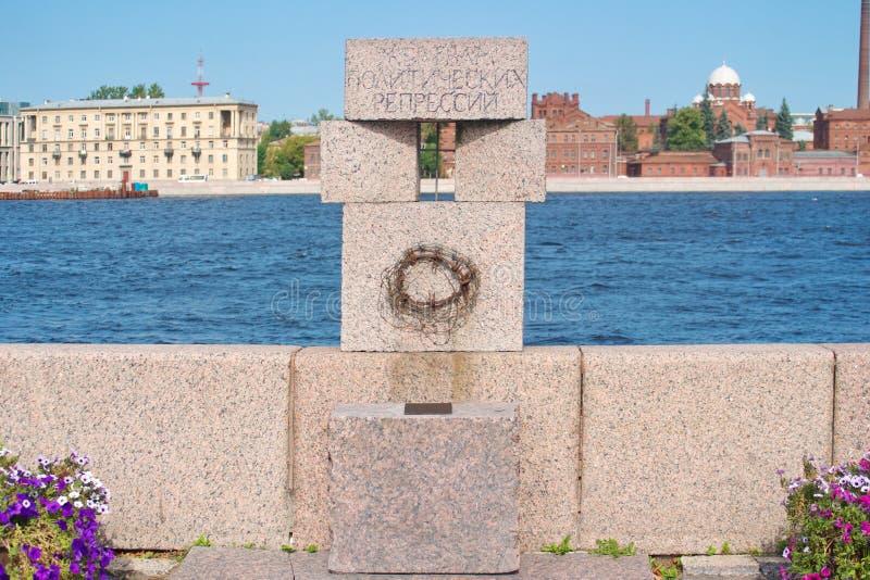 St Petersburg, Russland - 23. August 2018: Monument zu den Opfern von Stalins Unterdrückungen Aufschrift - zu den Opfern von poli lizenzfreies stockbild