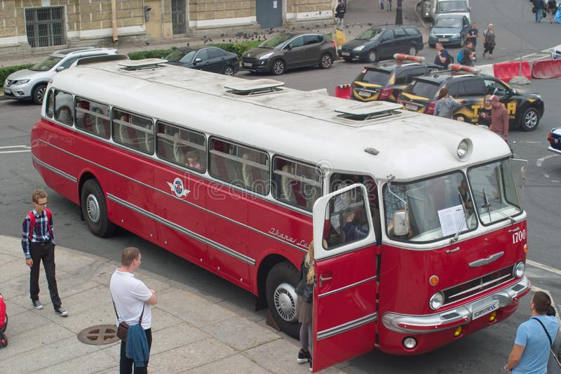 St Petersburg, Russland - 25. August 2018: Parade von alten Autos zum 40. Jahrestag der Zeitung Argumente und lizenzfreie stockfotografie