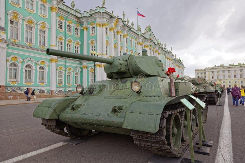 ST PETERSBURG, RUSSLAND - 11. AUGUST 2017: Ursprüngliche sowjetische militärische Ausrüstung und Behälter auf Palast-Quadrat, St  stockbild