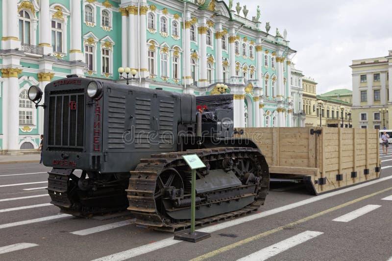 ST PETERSBURG, RUSSLAND - 11. AUGUST 2017: Ursprüngliche sowjetische militärische Ausrüstung und Behälter auf Palast-Quadrat, St  lizenzfreie stockfotografie