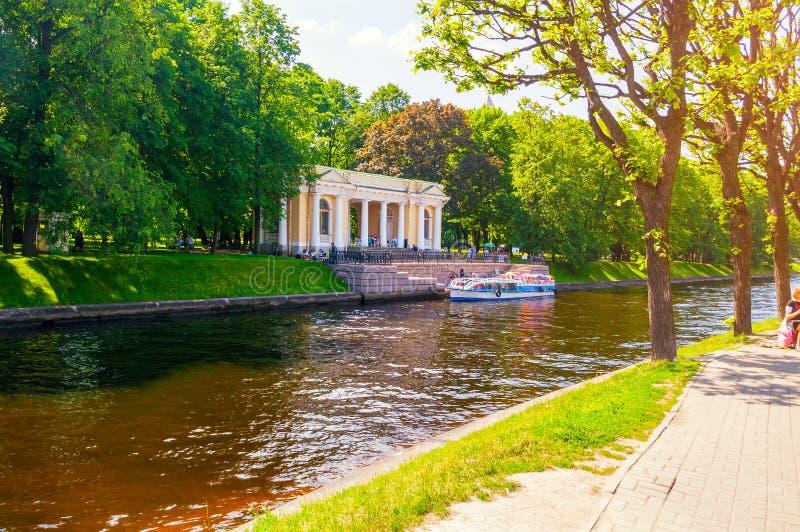 St Petersburg, Russland Carlo Rossi Pavilion in Michael Garden und im Moika-Fluss in St Petersburg, Russland stockfoto