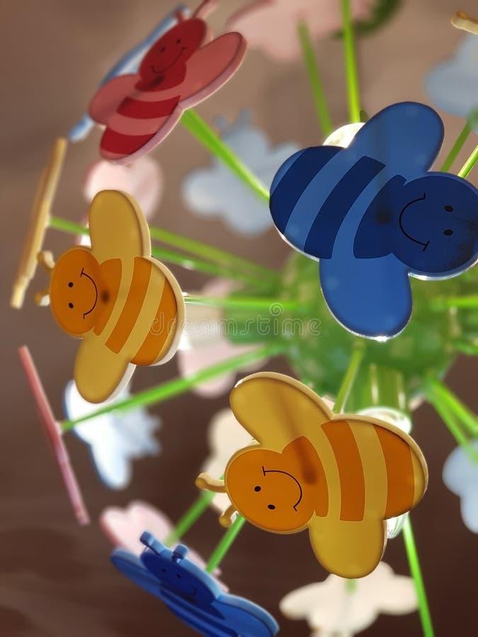ST PETERSBURG, RUSSLAND: Der Leuchter der Kinder in Form von farbigen Karikaturbienen an am 7. November 2018 lizenzfreie stockbilder