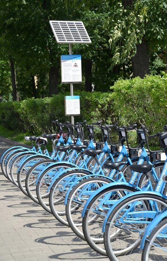 St. Petersburg, Russland Die Solarbatterie auf automatisierter Mietmitte von Fahrrädern stockfoto