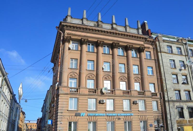 St Petersburg, Russland, Februar, 27, 2018 Wohngebäude, errichtet im Stil der stalinistischen Jahre des Neoclassicism im Jahre 19 lizenzfreie stockbilder