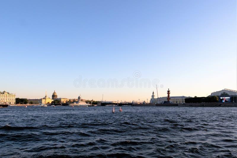 St Petersburg, Russland, im Juli 2019 Ansicht des Stadtzentrums von Neva River bei Sonnenuntergang lizenzfreies stockbild