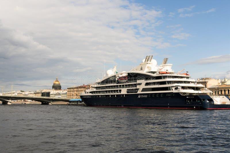 St Petersburg, Russland, im Juli 2019 Ozeanfähre am Pier im Stadtzentrum lizenzfreies stockbild