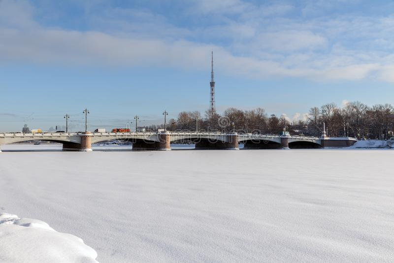 ST PETERSBURG, RUSSLAND - 24. Januar 2019: Ansicht von Kamennoostrovsky-Brücke und von Fernsehturm von Malaya Nevka River in St. stockbild