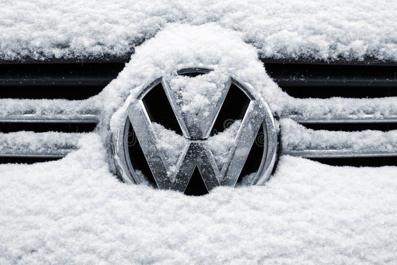 St Petersburg, Russland - 26. Januar 2018: Nahaufnahme eines Volkswagen-Chromlogos auf einem vorderen Gitter umfasst mit Schnee stockbild
