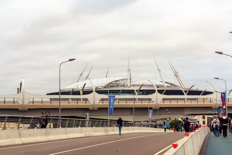 St Petersburg, Russland - 10. Juli 2018: Ansicht des Stadions und der Yacht-Brücke mit den Leuten, die vor einem Fußballspiel in  stockfotografie