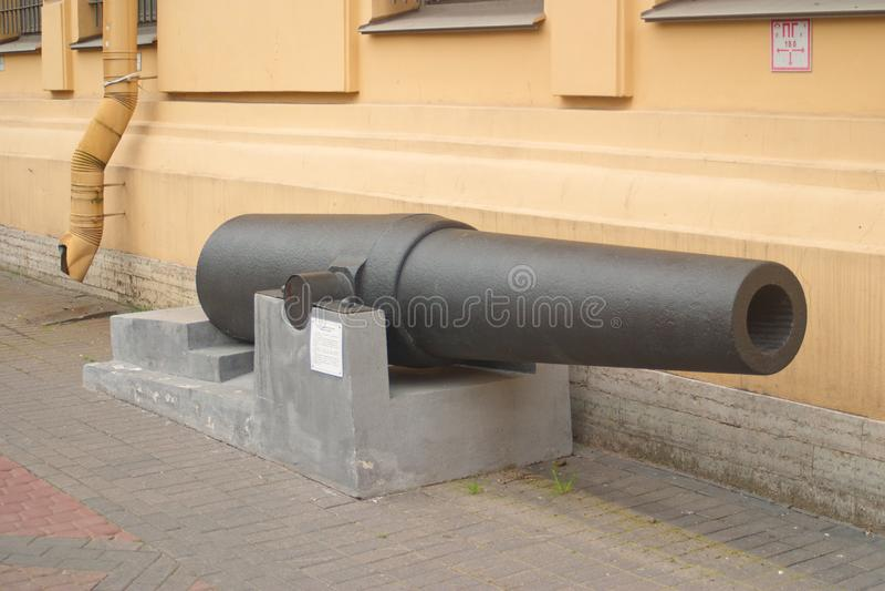 St Petersburg, Russland - 7. Juli 2017: Bild des Fasses der 8-Zoll-rifled Waffen am Eingang zum Museum der Verteidigung stockfoto