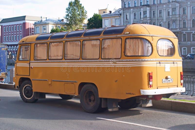 St Petersburg, Russland - 30. Juli 2017: Bild des gelben alten sowjetischen Busses PAZ-672 auf der Ufergegend lizenzfreies stockfoto