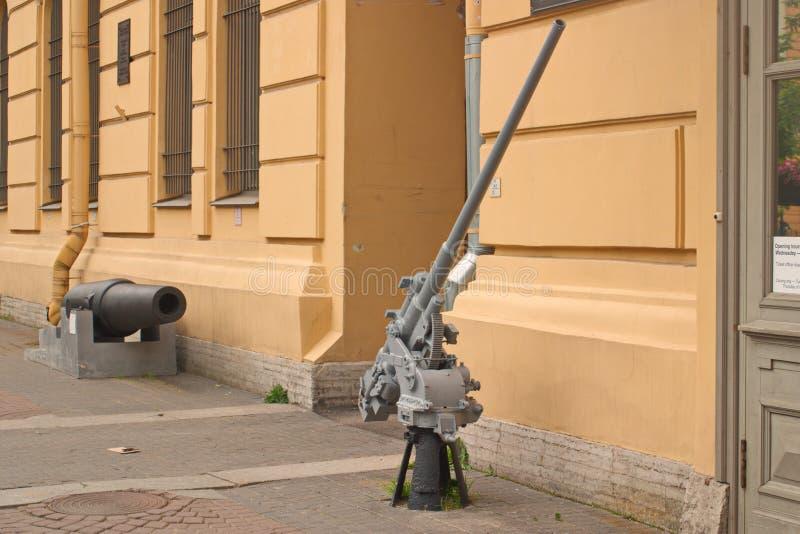 St Petersburg, Russland - 7. Juli 2017: Bild 45-Millimeter-Marinefliegerabwehrkanonen am Eingang zum Museum der Verteidigung und lizenzfreies stockfoto