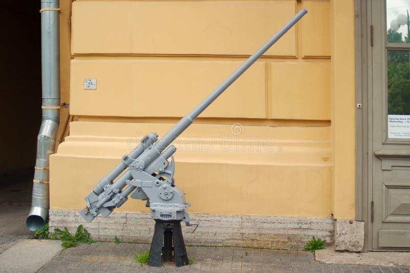 St Petersburg, Russland - 7. Juli 2017: Bild 45-Millimeter-Marinefliegerabwehrkanonen am Eingang zum Museum der Verteidigung und lizenzfreies stockbild