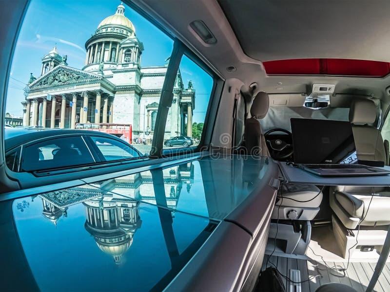 St Petersburg, Russland - 22. Juli 2019: Innenraum des modernen Ozean-Transporters T6 Volkswagens Multivan Kalifornien Mit Ansich lizenzfreie stockbilder