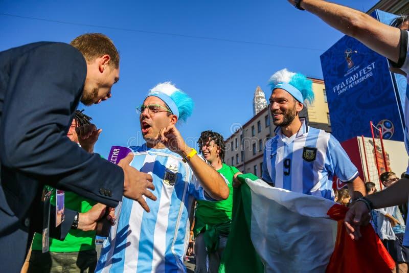 St Petersburg, Russland - 26. Juni 2018: Interviewende Sportfreunde des Journalisten des Argentinien-Fußballteams lizenzfreies stockfoto
