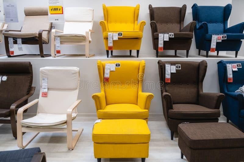 St. PETERSBURG, RUSSLAND - MÄRZ 2019: IKEA-Vorratsraum, große Auswahl von Stühlen für das Haus lizenzfreie stockbilder