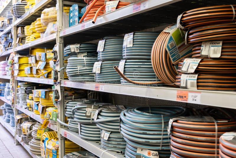 St. PETERSBURG, RUSSLAND - MÄRZ 2019: Supermarktregale mit einer großen Auswahl des Schlauches für Bewässerung stockbild