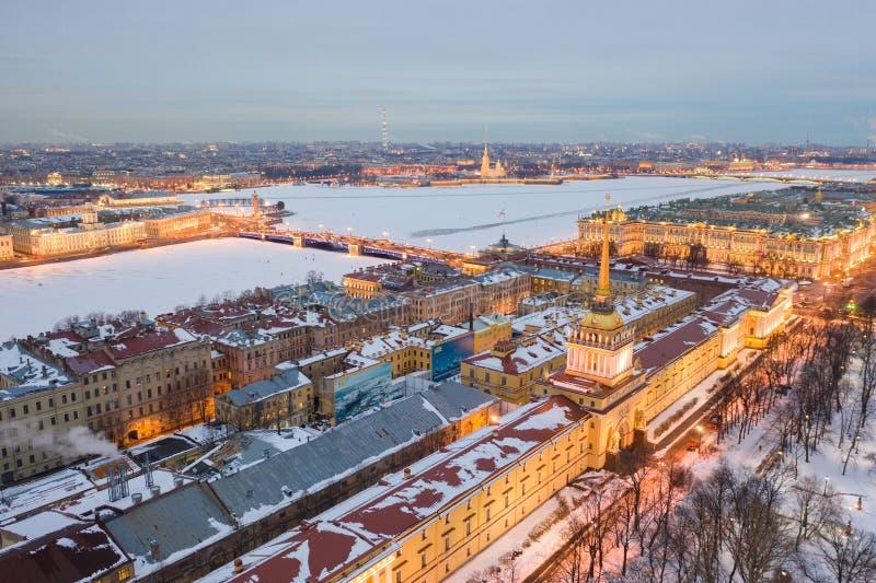 St. PETERSBURG, RUSSLAND - MÄRZ 2019: Vogelperspektivestadtbild des Stadtzentrums, Admiralitäts-Haus, Zustands-Einsiedlereimuseum lizenzfreies stockfoto