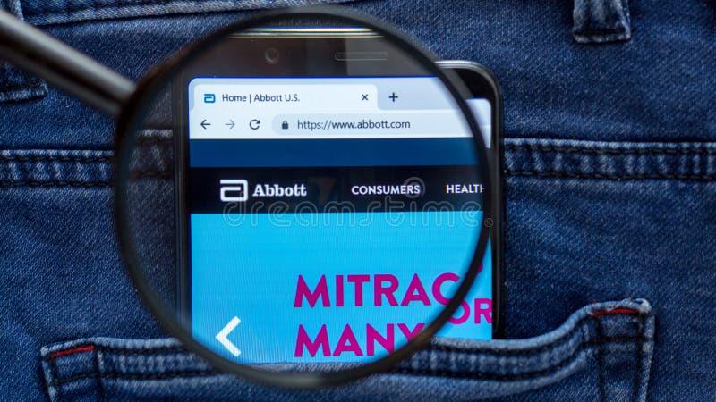 St Petersburg, RUSSLAND - 29. M?rz 2019: Abbott-Websitehomepage Abbott-Logo sichtbar an auf der Smartphoneanzeige Feuer auf wei?e lizenzfreie stockbilder