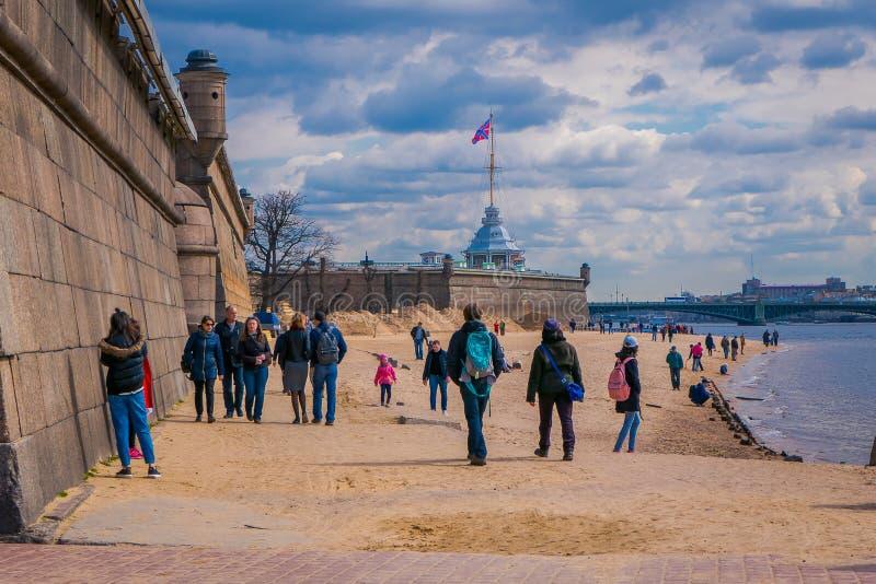 St. PETERSBURG, RUSSLAND, AM 17. MAI 2018: Leute, die in den Strand von Peter und von Paul Fortress in StPetersburg an der Wolke  lizenzfreie stockfotos