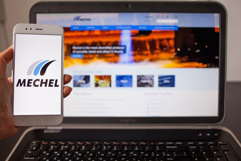 ST PETERSBURG, RUSSLAND - 14. MAI 2019: Website und Logo der russischen Firma Mechel auf den Schirmen von Geräten lizenzfreies stockfoto