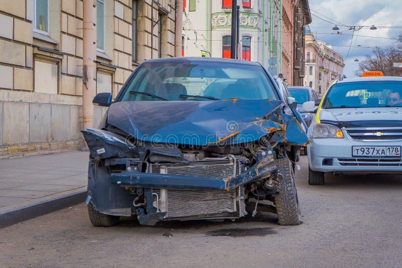 St. PETERSBURG, RUSSLAND, AM 17. MAI 2018: Zerschmettertes Auto ist auf Pflasterung nach frontalem Zusammenstoß Unfall mit dem Üb stockfoto