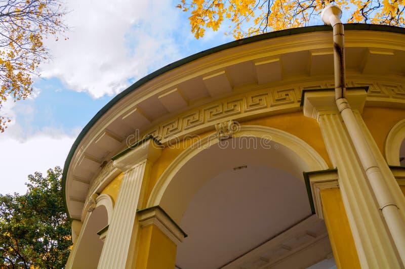St Petersburg, Russland Rossi-Pavillon im Mikhailovsky-Garten - Pavillon errichtet in der Reich-Art von Carlo Rossi im Jahre 1825 lizenzfreies stockbild