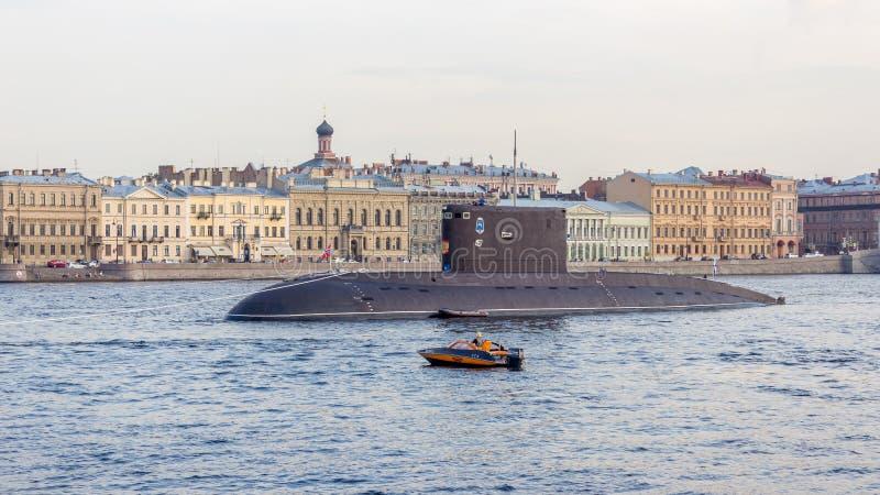 St Petersburg, Russland - 07/23/2018: Vorbereitung für die Marine- Parade - dieselelektrisches Unterwasser-` Dmitrov-` stockfoto