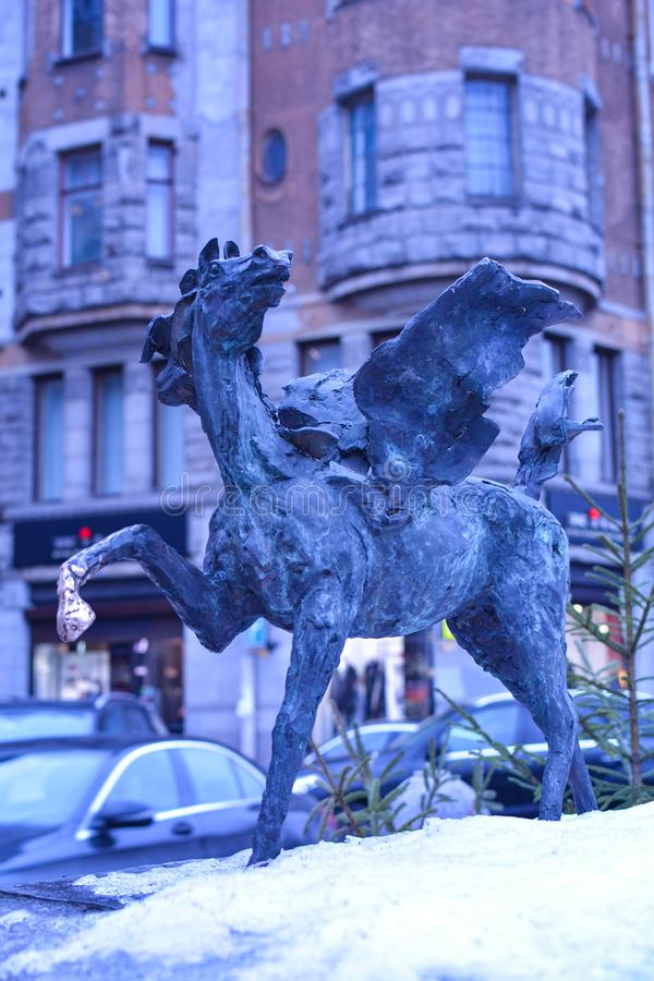 ST PETERSBURG/RYSK FEDERATION - FEBRUARI 9 2019: Granitbunke med Pegasus royaltyfri bild