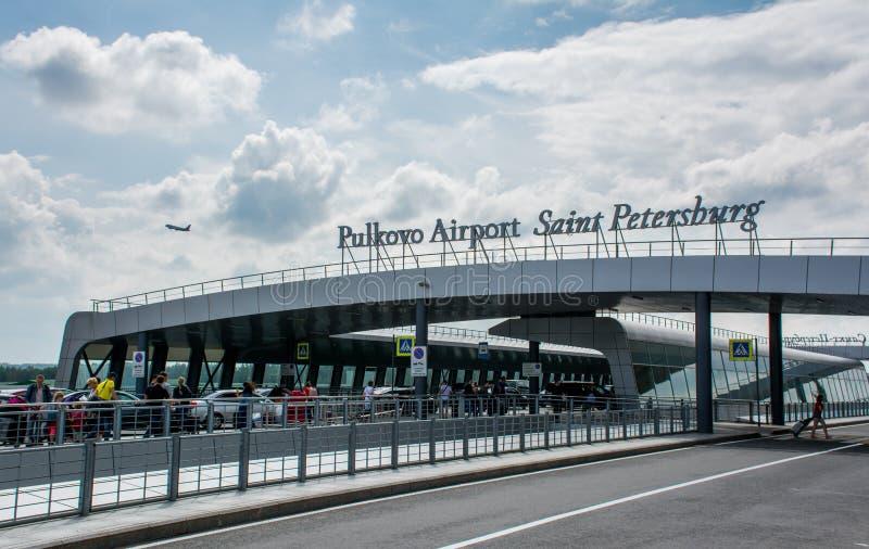 St Petersburg/Ryssland — Juli 20, 2018: utanför den slutliga byggnaden av Pulkovo den internationella flygplatsen i St Petersbu arkivbild