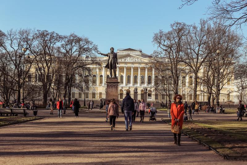 St Petersburg Ryssland - April 21 2019: barn som vuxna människor går på konsterna, kvadrerar på en solig vårdag royaltyfri foto