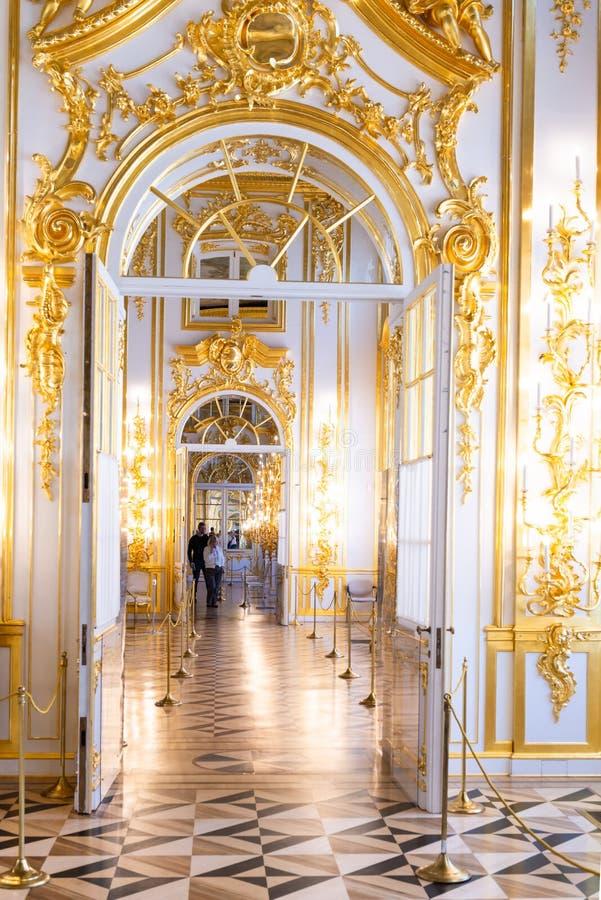 St Petersburg RYSSLAND - APRIL 30 2019: Barockt inre galleri för rokokor av den Catherine slotten, Tsarskoye Selo, Pushkin royaltyfri fotografi