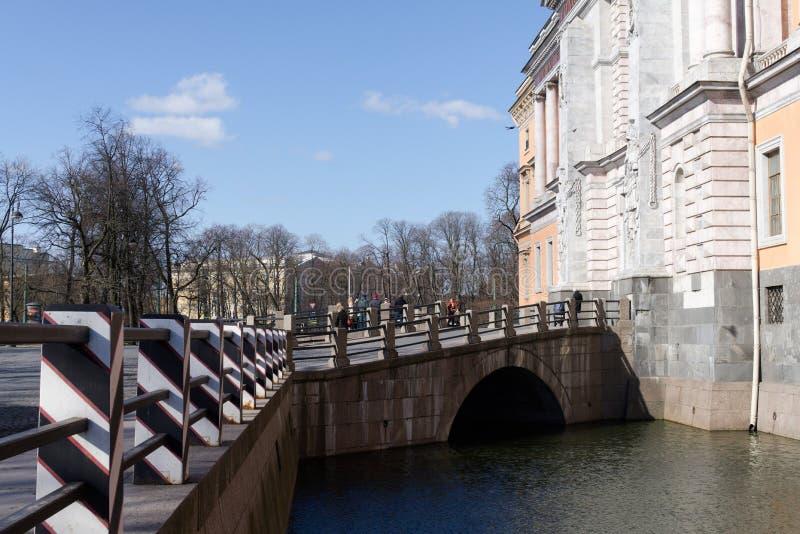 St Petersburg Ryssland, April 2019 Bron över kanalen på ingången till den Mikhailovsky slotten arkivfoto