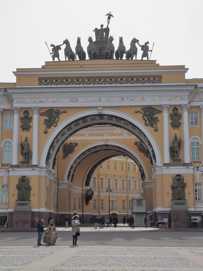 St Petersburg RYSSLAND – April 30, 2019: De huvudsakliga högkvarteren som bygger med gataskådespelare royaltyfri fotografi