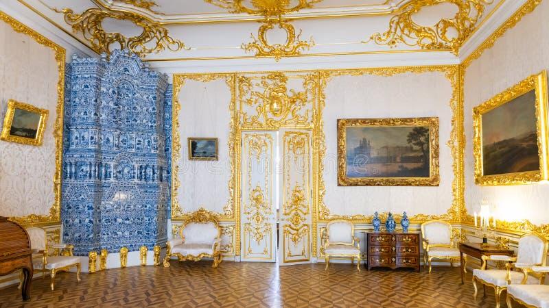 St Petersburg RYSSLAND - APRIL 30 2019: Målade den barocka guld- inre för rokokor av den Catherine slotten ugnen Tsarskoye Selo,  fotografering för bildbyråer