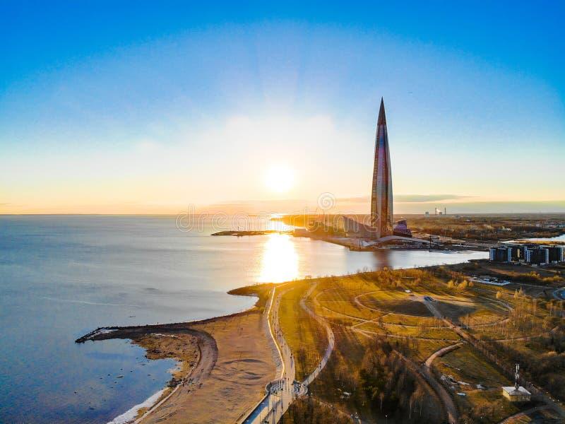 St Petersburg RYSSLAND - April 16 2019: Offentligt komplex Lakhta f?r aff?r mitt, skyskrapaGazprom h?gkvarter finland golf arkivbilder
