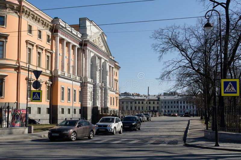St Petersburg Ryssland, April 2019 Sikt av den Mikhailovsky slotten från sidan av vägen royaltyfria bilder