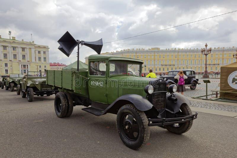 ST PETERSBURG RYSSLAND - 11 AUGUSTI 2017: Original- sovjetisk militär utrustning och behållare på slottfyrkanten, St Petersburg,  arkivbilder