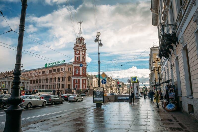St Petersburg Ryssland - Circa Juni 2017: Den historiska mitten av St Petersburg, Nevsky Prospekt, trottoar, forntida byggnader arkivbild